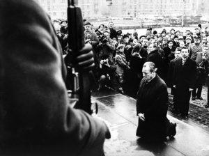 Ein bedeutender Moment für die Ost-West-Beziehungen. Willy Brandts Kniefall in Warschau vor dem Mahnmal im ehemaligen Ghetto am 7. Dezember 1970. Kurz vor der... Bildrechte: Bundesbildstelle/Presse- und Informationsamt der Bundesregierung