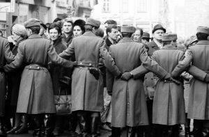Noch bevor Willy Brandt am 19. März 1970 Erfurt erreicht, sammeln sich DDR-Bürger, um ihn zu begrüßen. Vor der Ankunft... Bildrechte: Josef H. Darchinger/AdsD
