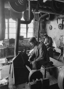 Alles von Hand: Ein Arbeiter beim Schleifen von Werkzeug... Bildrechte: AdsD
