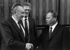 Eine Facette des Austauschs: Besuch des SED-Politbüros in Bonn im Jahr 1986 durch Hermann Axen bei Egon Bahr (links) und Karsten Voigt. Bildrechte: Josef H. Darchinger/AdsD