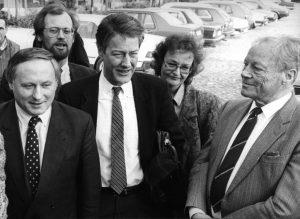 """Die """"Enkel-Generation"""": Oskar Lafontaine, Rudolf Scharping, Björn Engholm und Herta Däubler-Gmelin mit Willy Brandt beim SPD-Frühlingstreffen 1987 in Norderstedt Bildrechte: dpa"""