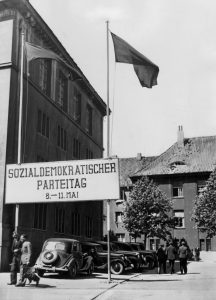 """Die West-SPD beschließt 1946 in den Hanomag-Werken auf ihrem ersten Nachkriegsparteitag die """"Kundgebung der SPD"""", die als Aktionsprogramm dient. Bildrechte: Photo Service GNSBZ"""