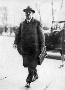 Hermann Müller auf dem Weg in den Reichstag. Bildrechte: AdsD