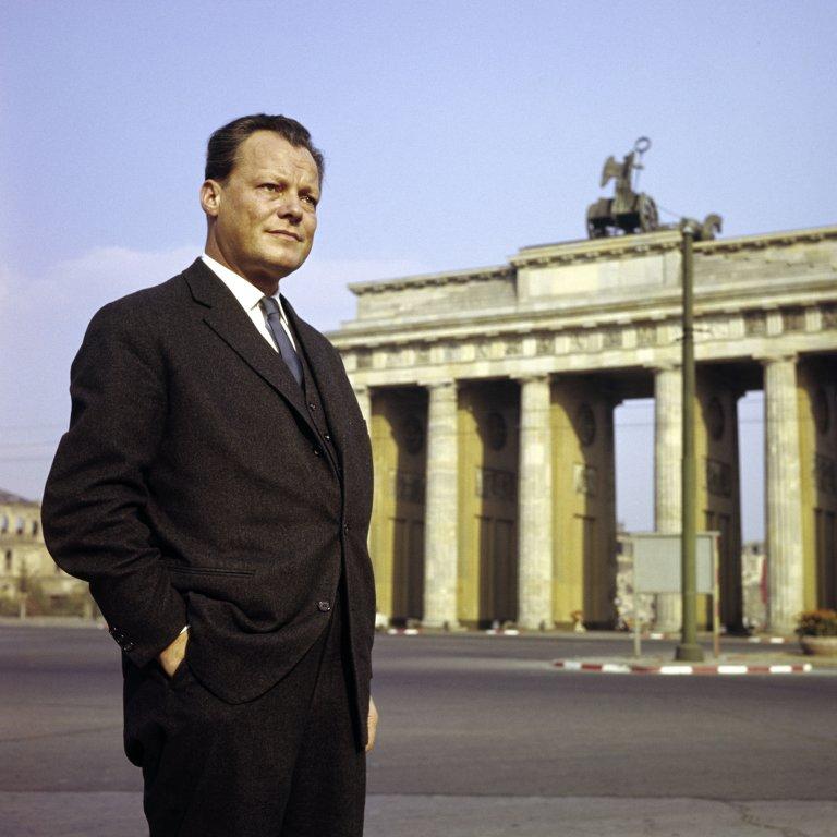 Der charismatische Bürgermeister und seine Stadt, Willy Brandt vor dem Brandenburger Tor 1958. Bildrechte: AdsD