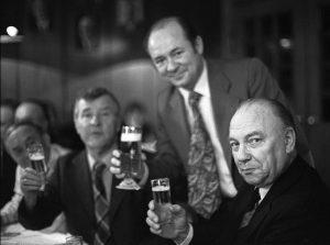 Trautes Zusammensein: Die Kanalarbeiter Egon Franke, Erwin Horn und Hans Wuwer im Kessenicher Hof. Bildrechte: Josef H. Darchinger/AdsD