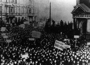 Die Revolution beginnt: meuternde Matrosen in Kiel am 4. November 1918. Bildrechte: unbekannt